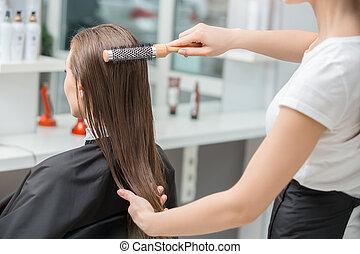 jeunes femmes, séance, dans, beauté, salon cheveux, style