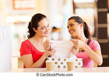 jeunes femmes, vérification, vêtements