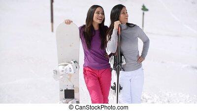 jeunes femmes, vacances hiver, deux