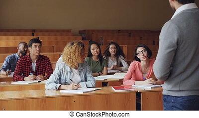jeunesse, école, femme, étudiant, appliqué, séance, étudiants, concept., moderne, jeune, élevé, conversation, quoique, autre, joli, bureau, ecouter., sourire, education, prof