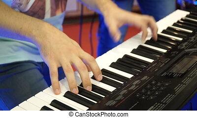 jeux, concert, stage., instrument, artiste, piano, musicien, clés, synthétiseur, keys., note, synthétiseur, acteur, clavier, presse, piano, musical, homme, jouer, électrique