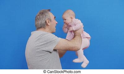 jeux, ou, vieux, gris, rigolote, parent, grand-père, sourire, gosse, grandpa., caucasien, rire, conjugal, ridé, homme, jour, peau, désinvolte, chevelure, doux, heureux, bébé, embrasser, comfort., light.