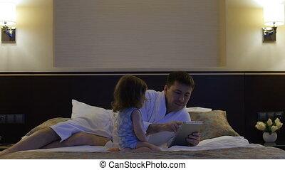jeux, père, lit, mensonges, téléphone., enfant