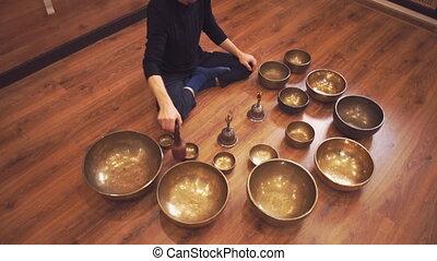 jeux, plancher, lotus, bols, position, assied, tibétain, homme