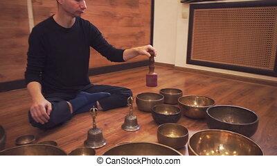 jeux, plancher, meditator, bols, lotus position, assied, tibétain