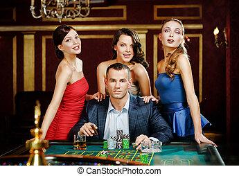 jeux, roulette, entouré, filles, joli, homme