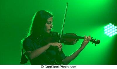 jeux, violin., professionnel, studio, charmer, vert, enfumé, lights., répétition, violiniste, fin, haut.