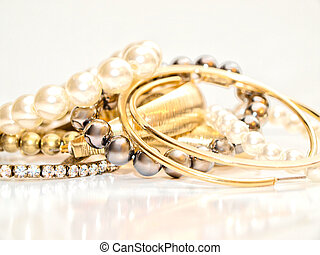 Jewelries - Pearls and ear rings in assorted colors in a...