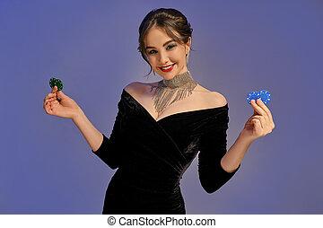 jewelry., casino., クローズアップ, ポーズを取る, 黒, バックグラウンド。, 緑, 紫色, 提示, 青いドレス, 2, 微笑, チップ, 光沢がある, ブルネット, 女, ポーカー