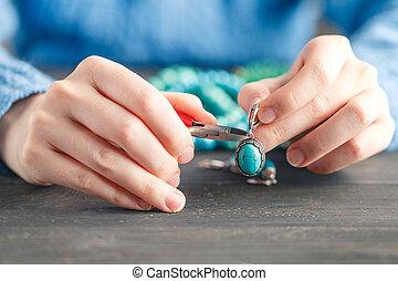 jewelry., gland, femme, travail manuel, workshop., créer, fait main, concept, artisan, confection, boucles oreille, maison, art, passe-temps