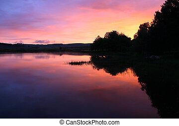 jezero, východ slunce