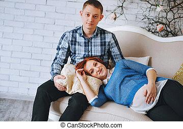 joelhos, abraços, seu, amor, men., blue., rosa, par, grávida, céu, jovem, marido, cores, mulher, wife., configuração, couch., quartzo