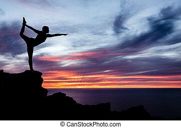 joga, frau, wasserlandschaft, und, sonnenuntergang