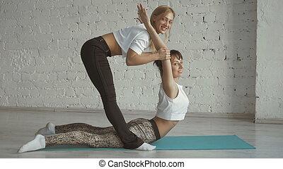joga, trainer, hilft, weiblicher student, dehnen, zurück, sport, üben, mit, partner