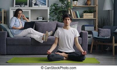 joga, wenn, sprechende , handy, gebrauchend, m�dchen, laptop, freund, meditieren, matte