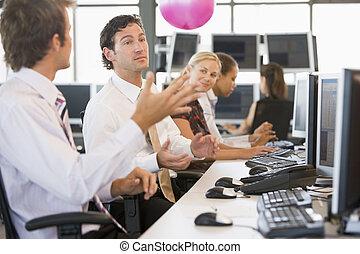 jogado, bola, espaço escritório, sendo, businesspeople, cinco