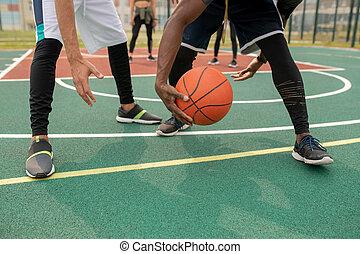 jogadores, afastado, jovem, um, basquetebol, intercultural, bola, levando