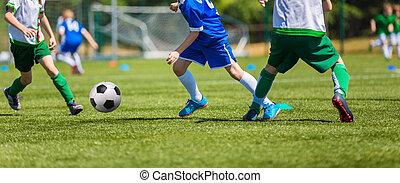 jogadores futebol, executando, com, bola