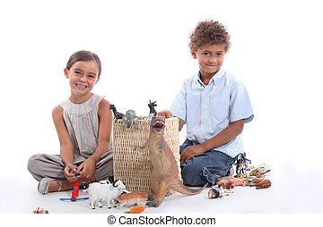 jogar crianças, com, brinquedo plástico, estatuetas
