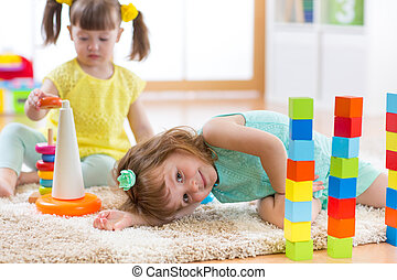 jogar crianças, com, brinquedos, em, jardim infância