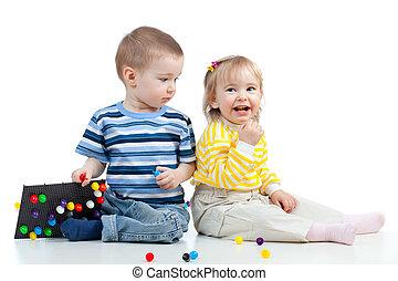 jogar crianças, com, mosaico, brinquedo