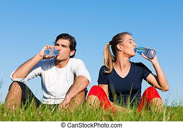 jogger, descansar, par, água, bebendo