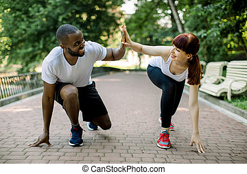 jogging, bereit, fitness, junger, jedes, afrikanisch, kaukasier, start, zusammen, lächeln., fünf, bärtiger mann, andere, draußen, attraktive, frau, park, paar, geben, rennender , hoch