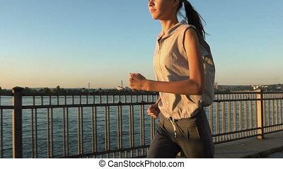jogging, kobieta, zachód słońca, młody