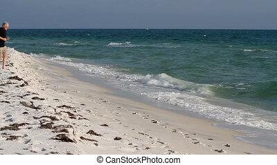 jogging, plage, haut, homme mûr