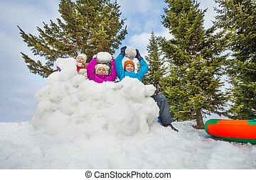jogo, crianças, agrupe, jogo, bolas neve, feliz