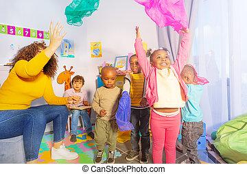 jogo, crianças, lenço, ar, jogo, lançamento
