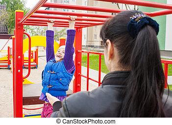 jogo, mãe, filha, pátio recreio, observar