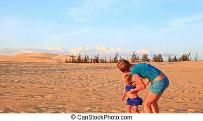 joindre, arrière, mère, dunes, coucher soleil, mains, petit, course, girl