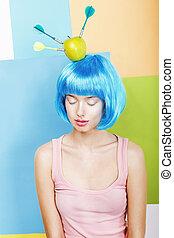 joke., excêntrico, mulher, oddball, em, azul, peruca, com, dardos, e, maçã verde