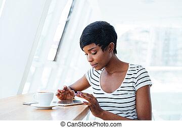joli, africaine, femme affaires, utilisation, tablette, amd, avoir café, coupure