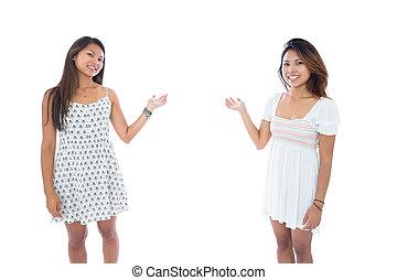 joli, asiatique, présentation, deux femmes