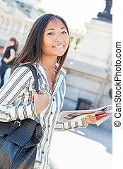 joli, asiatique, touriste, tenue, a, carte