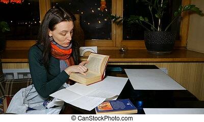 joli, brunette, femme, lit, a, livre, dans, a, restaurant