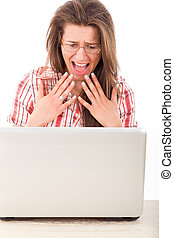 joli, choqué, désinvolte, femme regarde, à, ordinateur portable