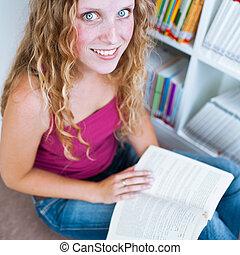joli, femme, étudiant université, dans, a, bibliothèque