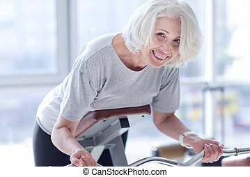 joli, femme aînée, faire, exercices, à, gymnase