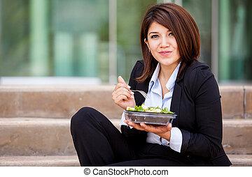 joli, femme affaires, manger, sain