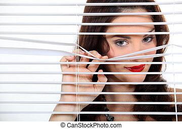 joli, femme, derrière, abat-jour, espionnage, sur, voisins