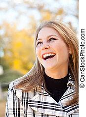 joli, jeune femme, sourire, dans parc