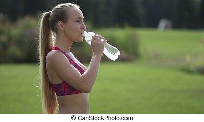 joli, sportif, femme, eau potable, travail, dehors