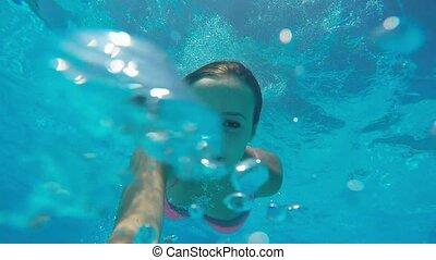 jong meisje, duikt, onder water, in, de, oceaan