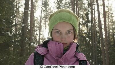 jong meisje, in, de, winter, bos