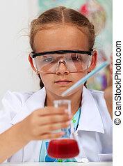 jong meisje, in, elementair, wetenschap klas, met, chemisch, ontvanger, en, pipet