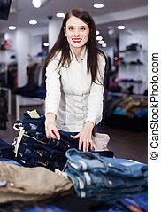 jong meisje, kies, jeans, op, winkel