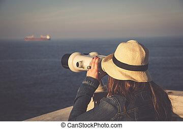 jong meisje, kijken door, een, geldstuk opereerde kijker, op, de, zee
